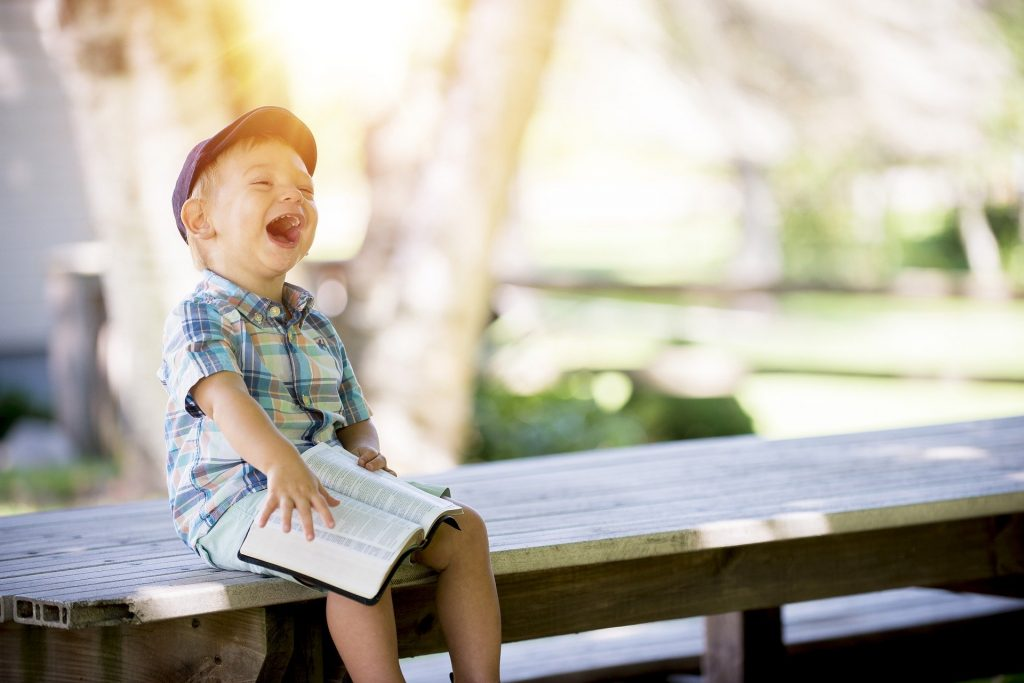 Junge der lacht